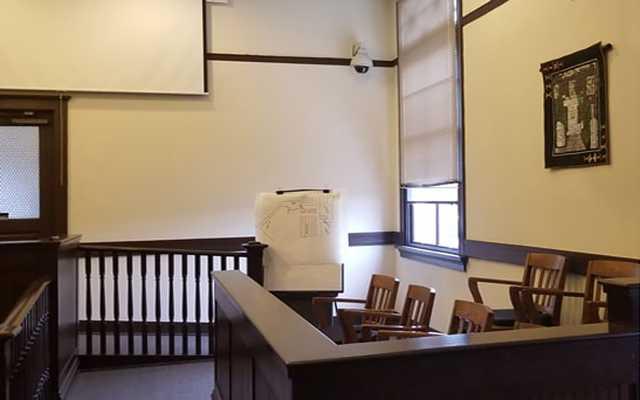 Полиция читала записи адвоката через видеокамеру в зале суда