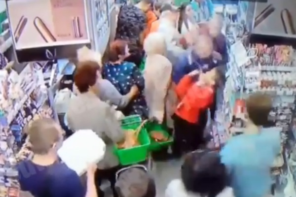 Пытался свернуть шею: в супермаркете Киева маньяк напал на ребенка