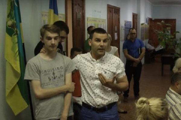 """В сети появилось видео, как депутат от БПП """"сорит"""" деньгами на дне рождения"""
