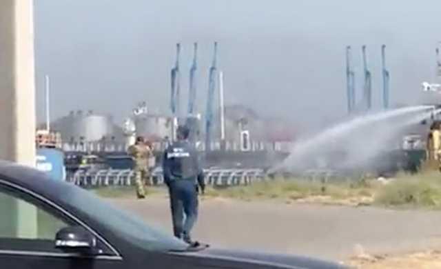 Видео с места взрыва на танкере в порту Махачкалы, где погибли три человека