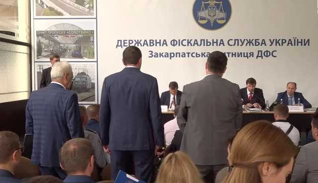 Это мычание уже вот тут стоит: Зеленский жестко поговорил с таможенниками Западной Украины и приказал уволить