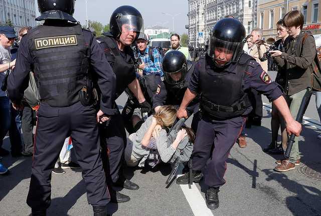 В Москве полицейские сломали ногу задержанному на митинге. В СК РФ заявили, что действия правоохранителей являлись правомерными