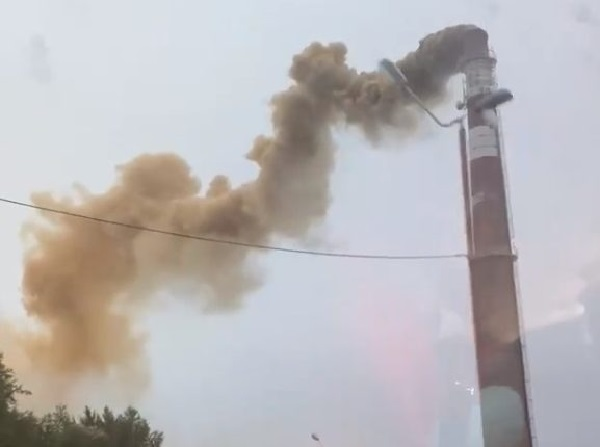 «Возможно, произошел выброс свинца». Уральский город накрыло оранжево-черным дымом